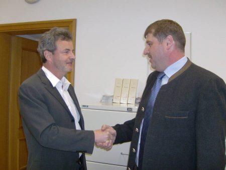 Hans Derbfuß gratuliert Hans-Jürgen Nekolla zum Wahlsieg